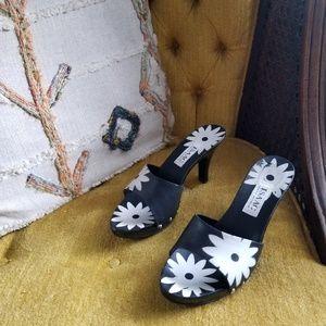 🆕️ Isaac Mizrahi - Daisy Sandals in Black & White